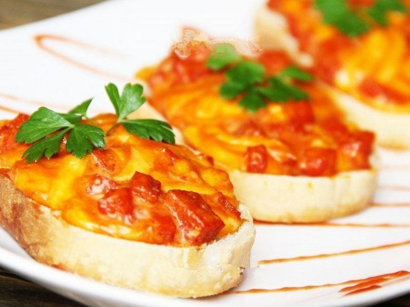 вкусные и аппетитные горячие бутерброды из духовки с колбасой, яйцом и сыром