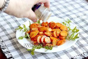 Салат из жареной моркови и лука с грибами