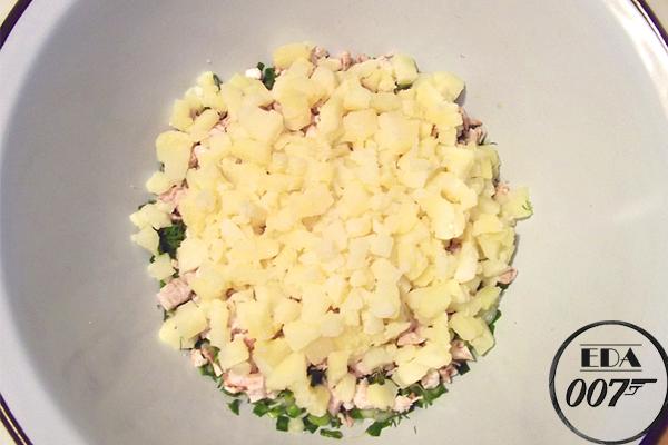 Сваренные заранее картофель и варёные яйца, нарежьте на кубики, колбасу режем небольшими кусочками.