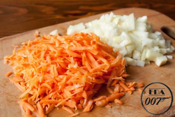 Лук квадратиками и морковь на тёрке