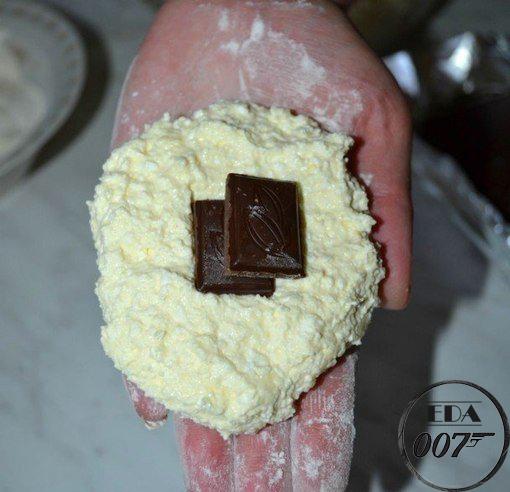 кусочек шоколада и сформируйте сырник.