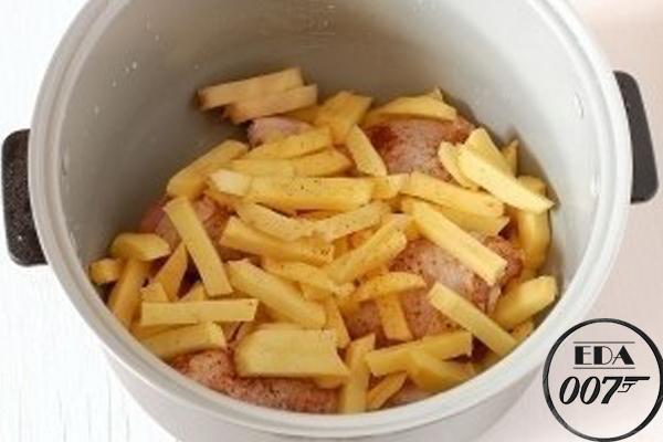 картофель, теперь посолите его и выложите его сверху курицы
