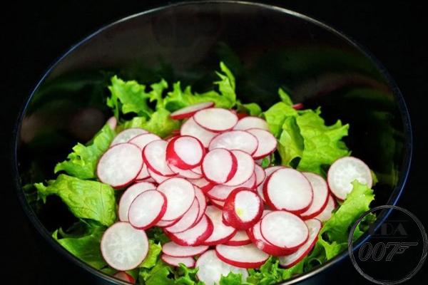 Нарезанный редис и салат