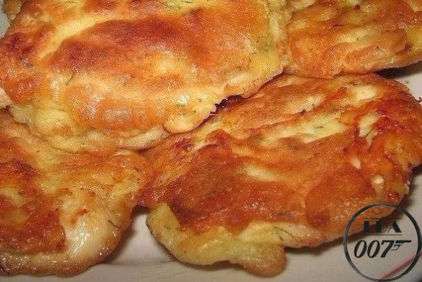 Куриные отбивные в кляре с сыром готовы.