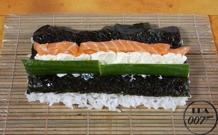 Возьми огурец и лосось и положи их с двух сторон от сыра