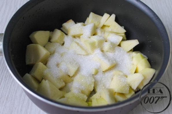 нарежьте яблоки кубиками