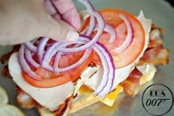 На мясцо выкладываем два ломтика помидоров, меленько нарезанный лук, если есть желание, листья салата
