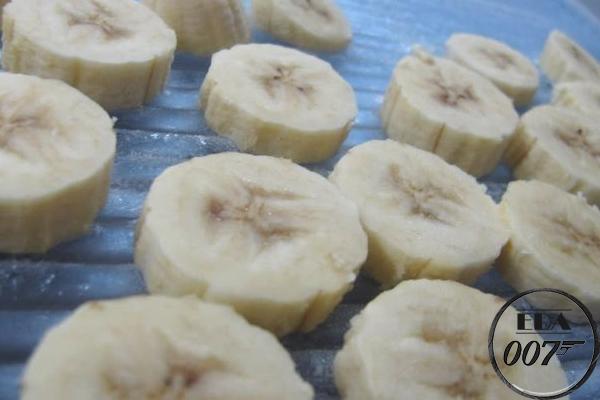 Нарезаем бананы на кругляшки и закидываем в морозилку